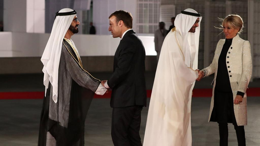 Emmanuel macron and uae leaders formally open louvre abu dhabi for Le louvre interieur